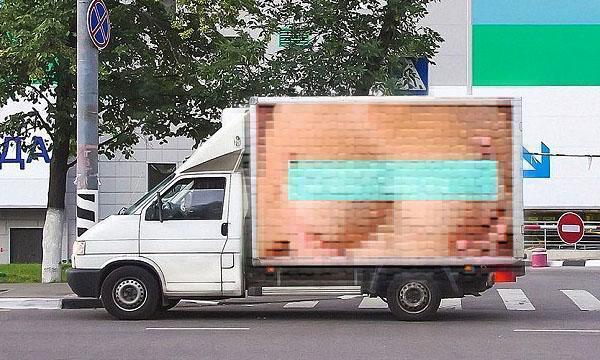 Bröstreklam orsakade 500 trafikolyckor